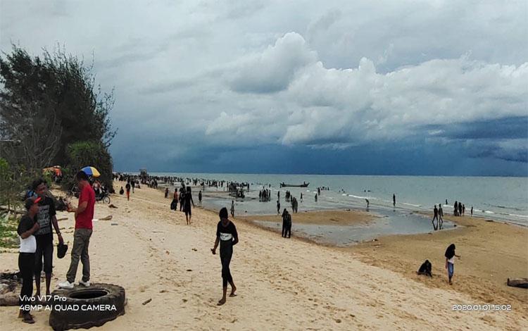 Pantai Ujung Pandaran dipadati wisatawan saat libur tahun baru 2020, Rabu, 1 Januari 2020