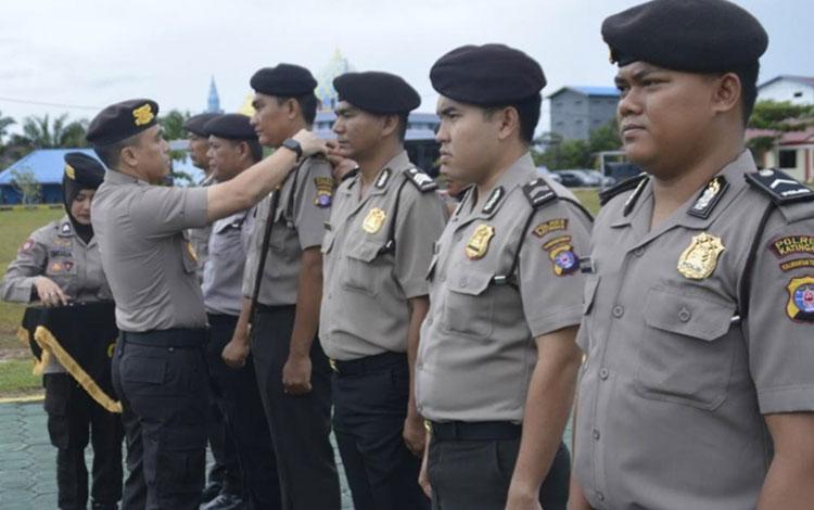 Kapolres Katingan AKBP Andri Siswan Ansyah saat upacara kenaikan pangkat 28 personelnya.