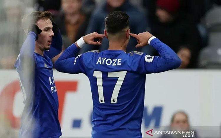 Penyerang Leicester City Ayoze Perez (kanan) melakukan selebrasi bersama James Maddison usai menjebol gawang bekas timnya, Newcastle United, dalam laga lanjutan Liga Inggris di Stadion St. James Park, Newcastle, Inggris, Rabu (1/1/2019). (ANTARA/REUTERS/L
