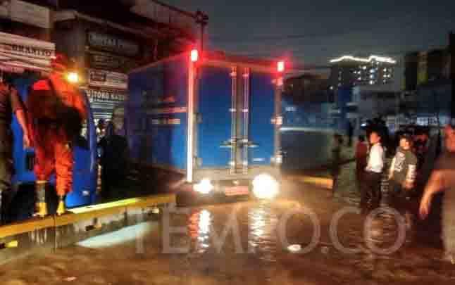 Air luapan Kali Ciliwung masih menggenang di Kampung Pulo, Kelurahan Kampung Melayu, Jatinegara, Jakarta. (foto : tempo.co)