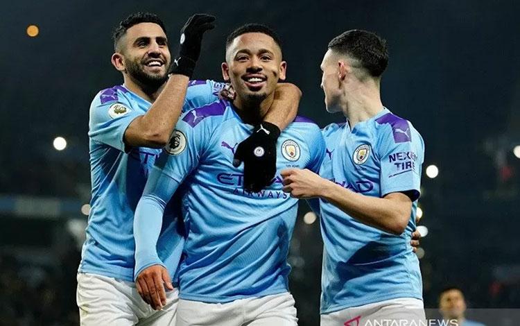 Penyerang Manchester City Gabriel Jesus (tengah) melakukan selebrasi bersama Riyad Mahrez (kiri) dan Phil Foden usai mencetak gol ke gawang Everton dalam laga lanjutan Liga Inggris di Stadion Etihad, Manchester, Inggris, Rabu (1/1/2020) waktu setempat. (A