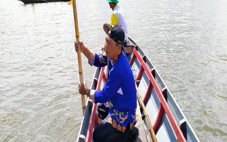 Camat Pulau Hanaut, Eddy Mashami saat ikut mencari korban tenggelam, Kamis, 2 Januari 2020