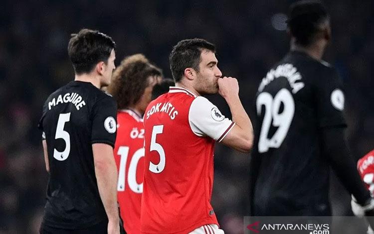 Bek Arsenal Sokratis Papastathopoulos (tengah) melakukan selebrasi usai mencetak gol ke gawang Manchester United dalam laga lanjutan Liga Inggris di Stadion Emirates, London, Inggris, Rabu (1/1/2019) waktu setempat/ (ANTARAREUTERS/Toby Melvill)