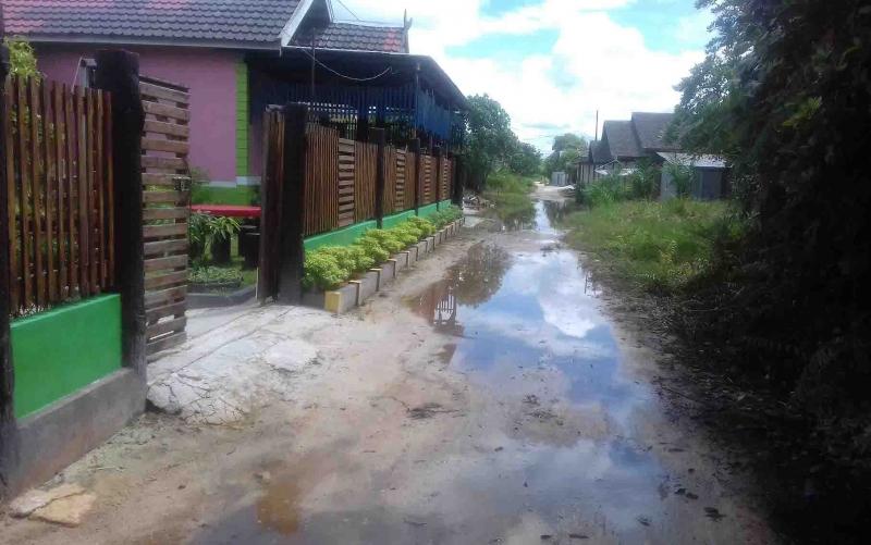 Genangan air di kawasan permukiman warga Jalan Walter Condrat, Baamang akibat drainase yang tidak lancar.
