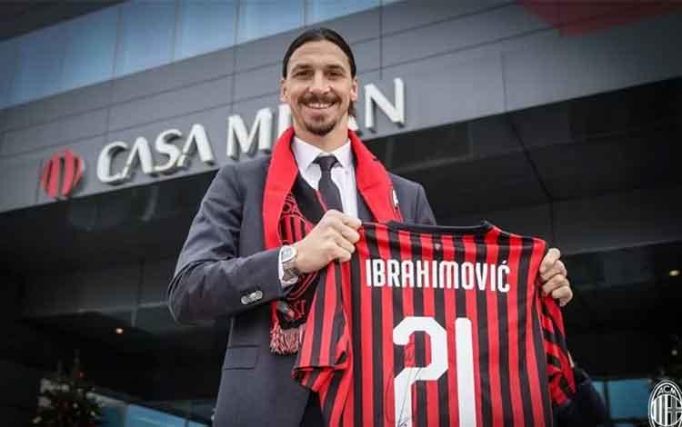 Penyerang AC Milan Zlatan Ibrahimovic mengangkat kaus seragam tim dengan nama dan nomor punggung 21,
