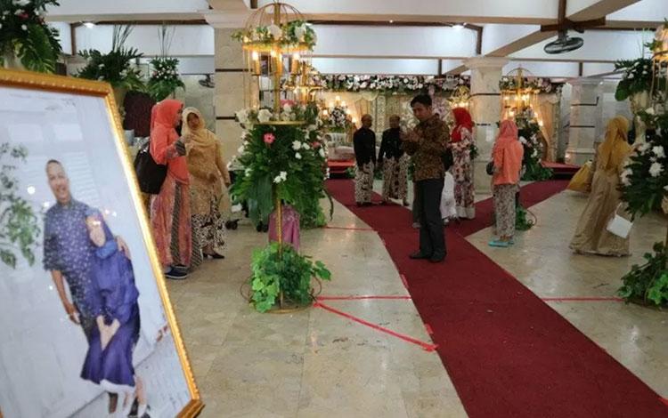 Meylin dan Mardi pasangan yang menikah usai banjir melanda di Jalan Pondok Jaya, Kelurahan Pela Mampang, Mampang Prapatan, Jakarta Selatan, Sabtu (4/1/2020). (ANTARA/Laily Rahmawaty)