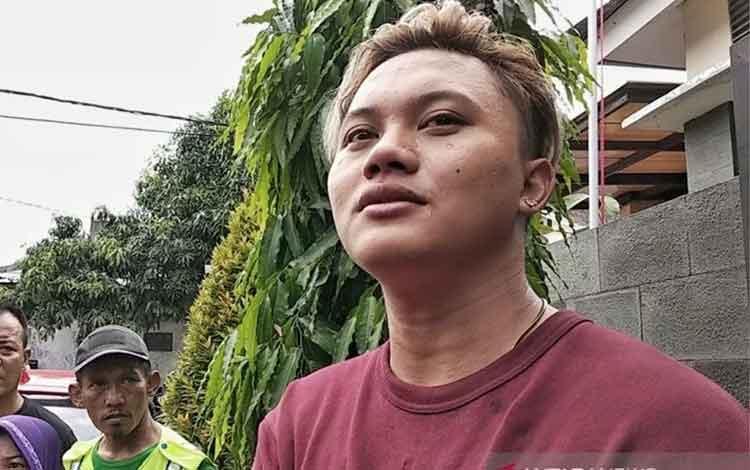 Penyanyi putra komedian Sule, Rizki Febian hadir di rumah duka di Jalan Neptunus, Kota Bandung, Sabtu (4/1/2020). ANTARA/Bagus Ahmad Rizaldi