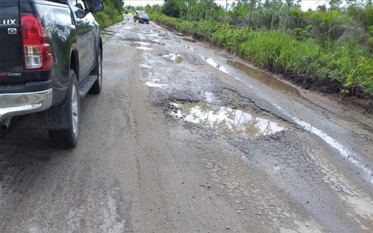 Jalan Petak Bahandang - Baun Bango sekitar UPT Hiyang Bana rusak berat