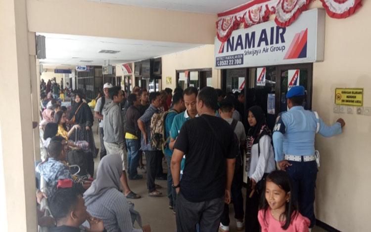 Penumpang mengerumuni loket penjualan tiket NAM Air di Bandara Iskandar Pamgkalan Bun lantaran dibatalkannya 2 jadwal penerbangan, Minggu 5 Januari 2020