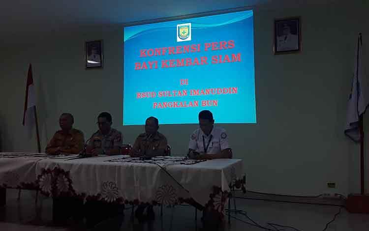 Direktur RSUD Sultan Imanuddin Pangkalan Bun, dr Fachruddin (dua kanan) menyampaikan, pasienIbu bayi kembar Siam difasilitasi Rumah Tunggu Persalinan.