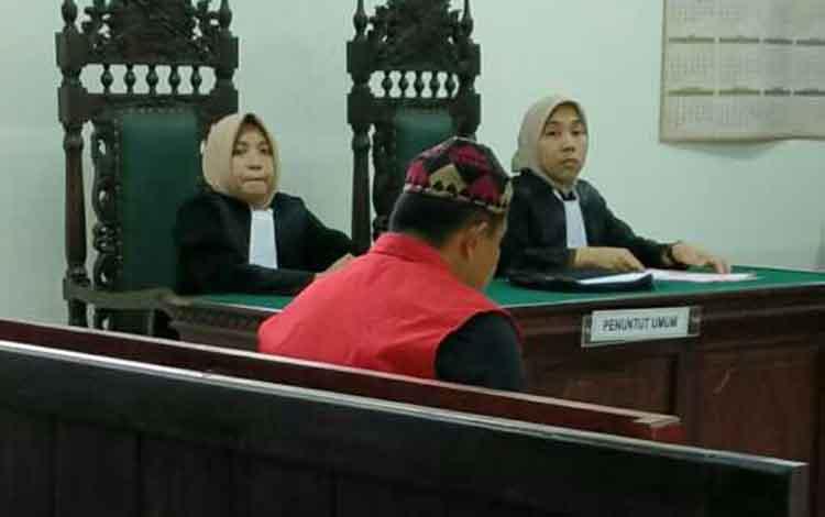 Suriansyah terdakwa kasus kecelakaan lalu lintas saat menjalani sidang pengadilan