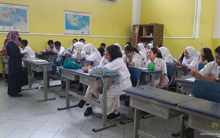 Suasana kegiatan belajar mengajar di SMAN 1 Jakarta pada Senin (6/1/2020), hari pertama sekolah setelah banjir melanda sebagian wilayah DKI Jakarta. (ANTARA/Muhammad Zulfikar)