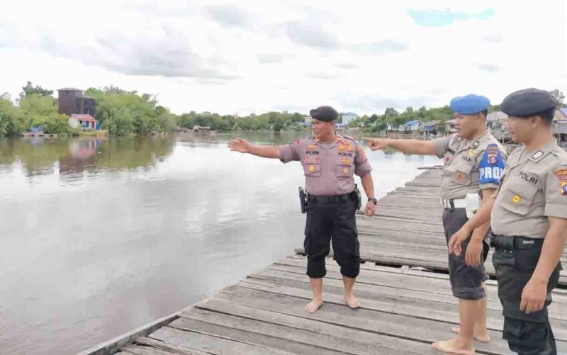 Kapolsek Bukit Batu, Iptu Muludin mengecek debit air Sungai Rungan, Senin, 6 Januari 2020.