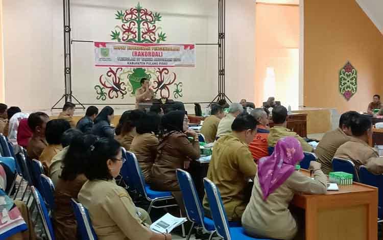 ARAHAN: Bupati Pulang Pisau, H Edy Pratowo membuka Rakordal triwulan IV di aula Bappedalitbang Pulang Pisau, Senin 6 Januari 2020/