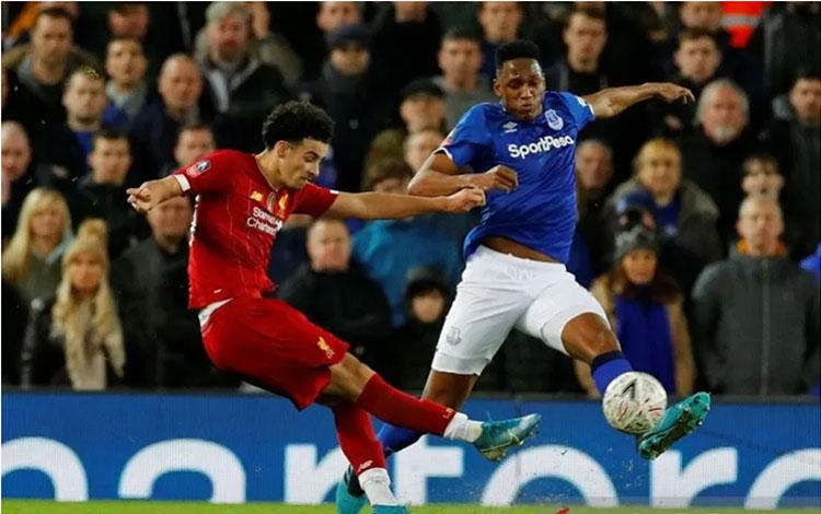 Gelandang serang Liverpool Curtis Jones (kiri) melepaskan tembakan untuk mencetak gol indah ke gawan