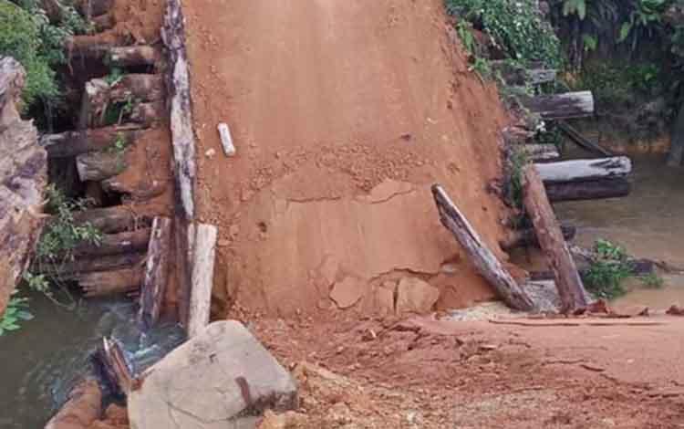 Jembatan konstuksi kayu yang menghubungkan ke Katingan Hulu di wilayah Marikit ini runtuh