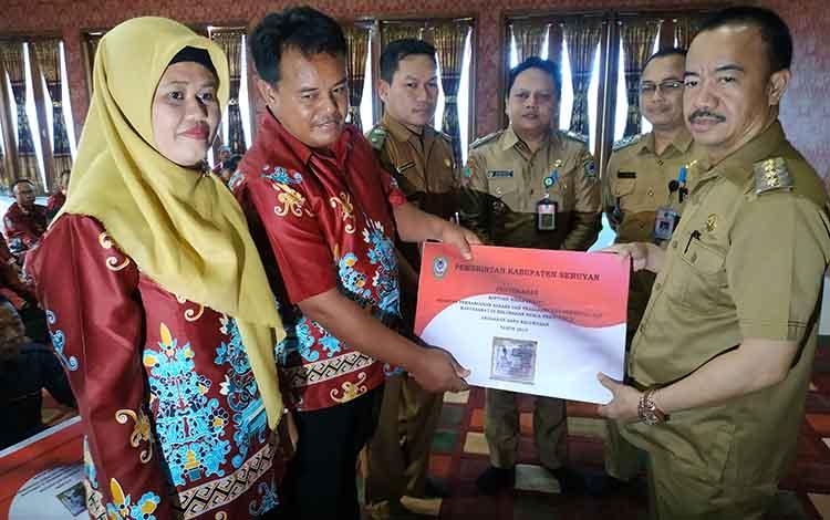 Bupati Seruyan Yulhaidirt menyerahkan secara simbolis, bantuan hibah barang untuk para ketua RT dan RW di Kelurahan Kuala Pembuang I dan II