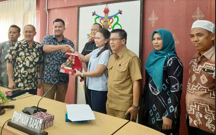 Jajaran DPRD Kota Palangka Raya menerima kunjungan Rombongan DPRD Kabupaten Hulu Sungai Selatan, Sen