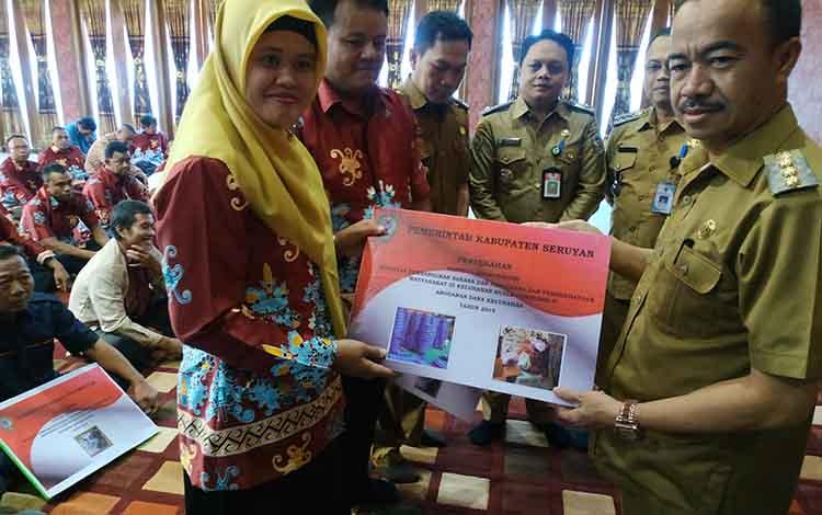 Bupati Seruyan Yulhaidir menyerahkan hibah barang untuk salah satu ketua RW di kelurahan Kuala Pembuang II