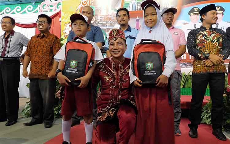 Pemkab Kotim bagikan 6.000 perlengkapan sekolah gratis untuk siswa SD, Selasa, 7 Januari 2020