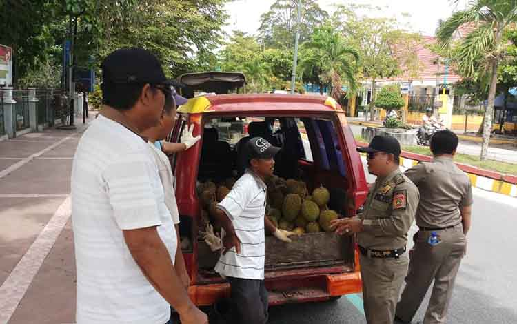 Anggota Satpol PP Kobar tertibkan PKL nakal di wilayah Kota Pangkalan Bun, Rabu, 8 Januari 2020