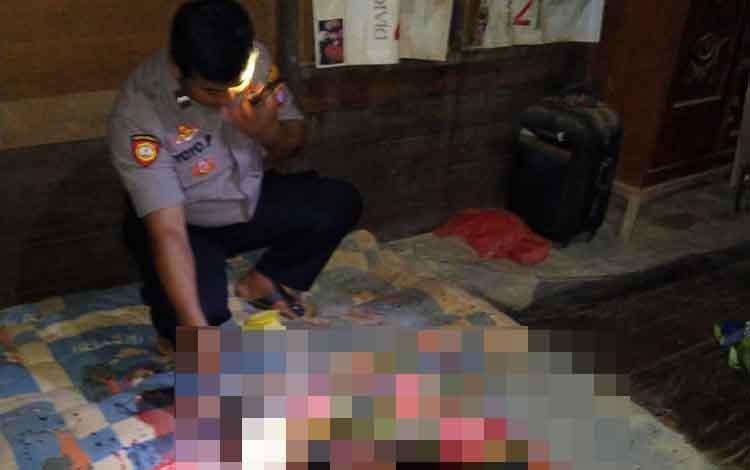 Polisi mengecek korban pembunuhan anak kandung di Desa Tumbang Sangai, Rabu, 8 Januari 2020.