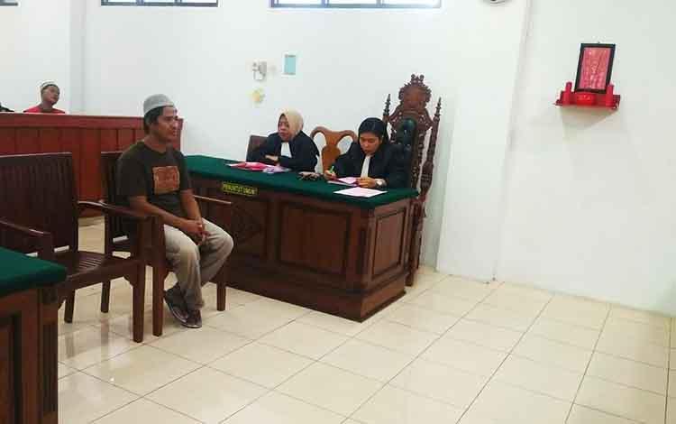 Terdakwa Sugianto yang menganggkut kayu ilegal dari perkebunan sawit
