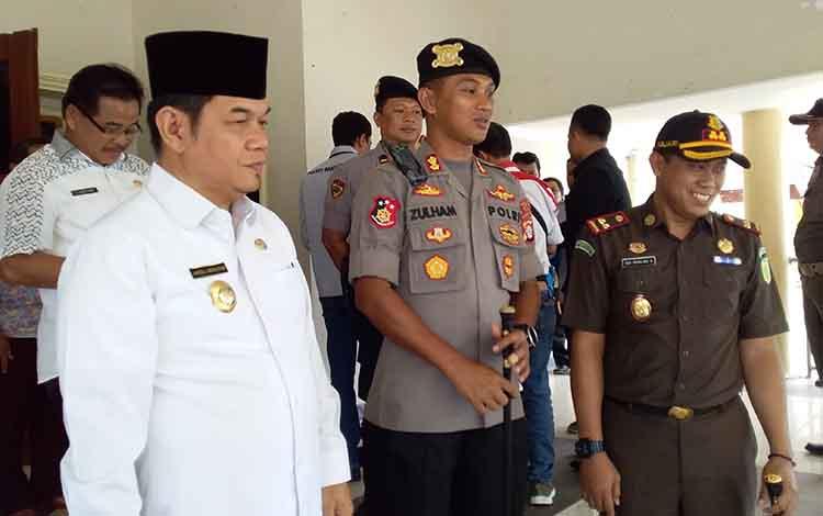 Kepala Kejaksaan Negeri Barito Timur, Roy Rovalino (kanan) bersama Bupati dan Kapolres.