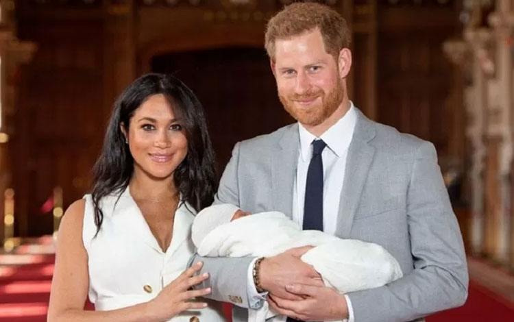 Pangeran Harry dan Meghan Markle memperkenalkan anak laki-laki pertama mereka di Istana Windsor, Ber