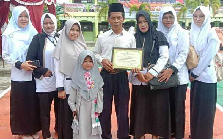 Kepala MA Darussalam Catur meraih piagam penghargaan kontributor website aktif