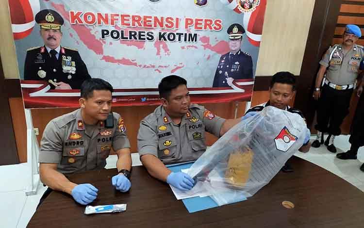 Kapolres Kotim AKBP Mohammad Rommel didampingi Waka Polres Kompol Endro Arobowo dan Kasat Reskrim AKP Ahmad Budi Martono saat menunjukkan barang bukti berupa mandau yang digunakan pelaku pembunuhan, Rabu, 8 Januari 2020.