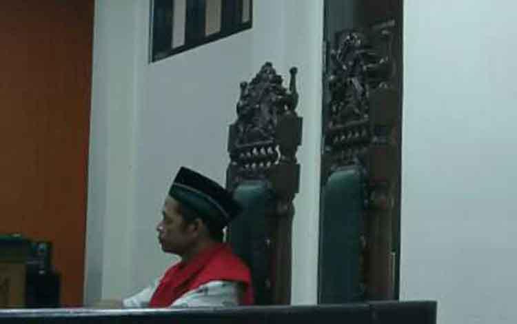 Supiandi alia Enggo terdakwa penggelapan gardan truk saat sidang di pengadilan
