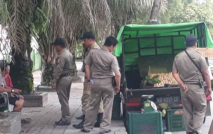 Anggota Satpol PP Kobar membubarkan pedagang buah dari luar kota, lantaran berjualan di badan Jalan Iskandar Pangkalan Bun, Rabu, 8 Januari 2020