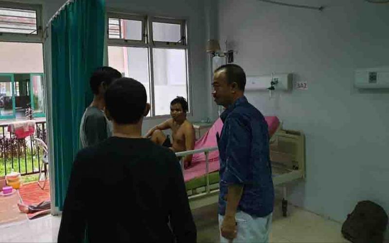 Bupati Seruyan, Yulhaidir menjenguk warga yang sakit dan dirawat di RSUD dr Murjani Sampit, Rabu, 8 Januari 2020.