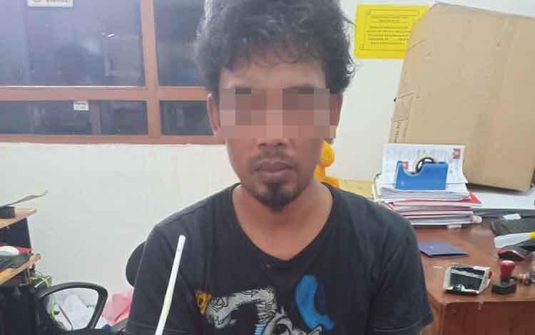 Tersangka pengedar sabu saat diamankan di Polres Kotim, Rabu, 8 Januari 2020