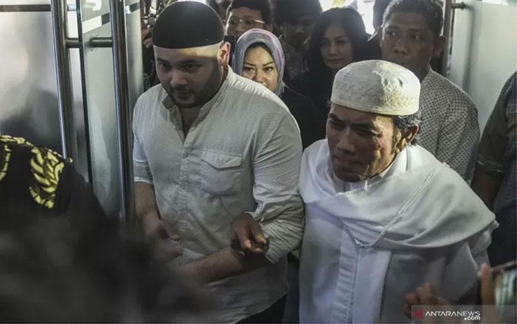 Terpidana kasus kepemilikan narkoba, Muhammad Ridho atau Ridho Rhoma (kiri) bersama ayahnya Rhoma Irama (kanan) melakukan pertemuan dengan pihak Kejaksaan Tinggi Jakarta Barat, Jumat (12/7/2019). (ANTARA FOTO/Muhammad Adimaja/foc)