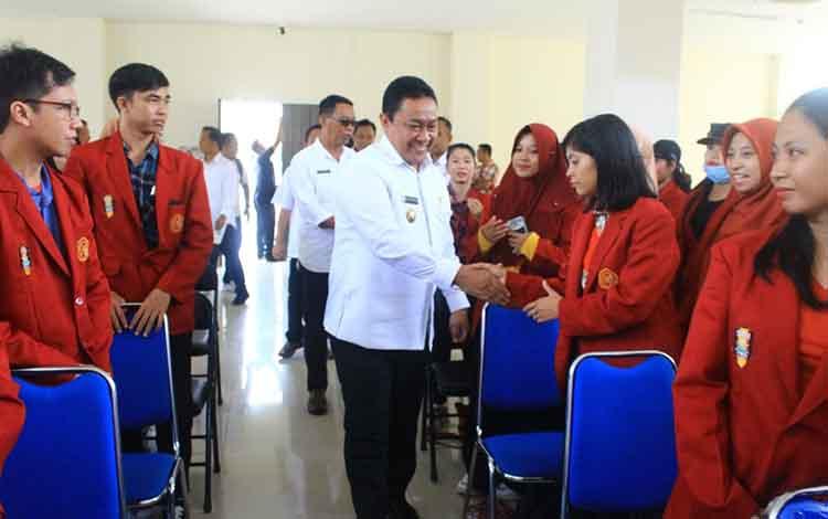 Bupati Pilang Pisau Edy Pratowo saat menyambut kedatangan mahasiswa KKN UM Palangka Raya, Rabu, 8 Januari 2020.