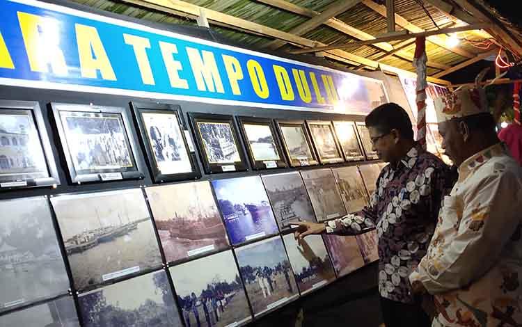 Wakil Bupati Sukamara, Ahmadi melihat foto-foto tempo dulu di taman literasi