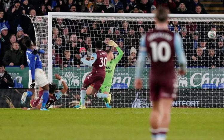 Pemain Leicester City Kelechi Iheanacho (kiri) mencetak gol yang menyelamatkan muka timnya setelah m