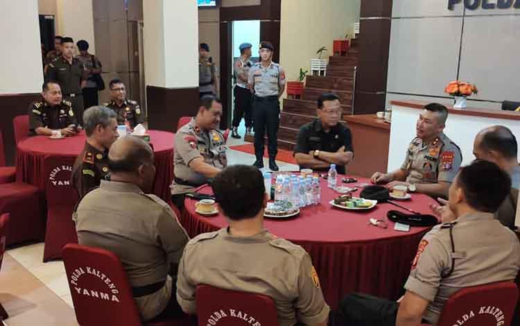 Kepala Kejaksaan Tinggi Kalteng Mukri bersilaturahmi dengan Kapolda dan PJU, Kamis, 9 Januari 2020.