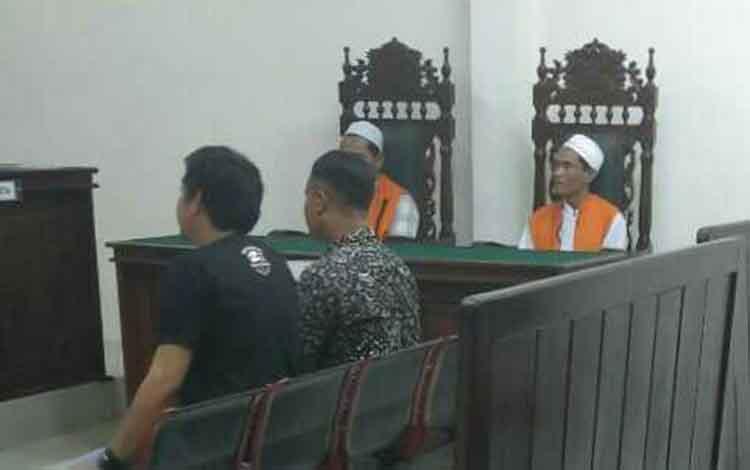 Suryadi dan Ali Mudi Bakriyanto terdakwa kasus sabu saat sidang di Pengadilan Negeri Sampit mendengarkan keterangan saksi