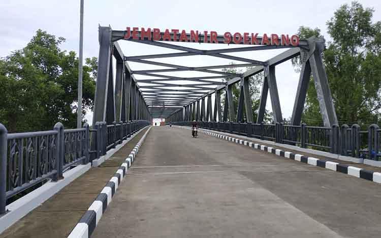 Jembatan Soekarno Kuala Pembuang.