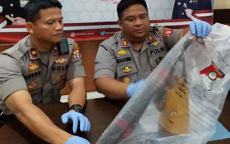 Kapolres Kotim AKBP Mohammad Rommel saat menunjukkan sajam yang digunakan tersangka membunuh ibunya. Tersangka sendiri terancam 20 tahun penjara, Kamis, 9 Januari 2020.
