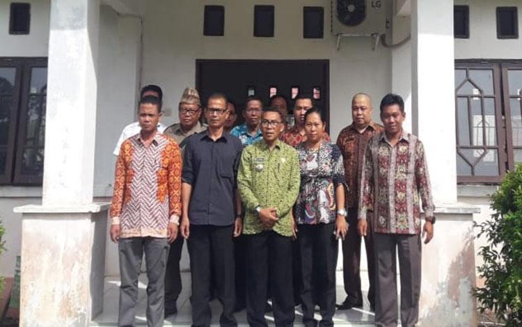 Camat Pulau Malan Hariawan foto bersama 6 kepala desa dan anggota BPD usai acara pembekalan