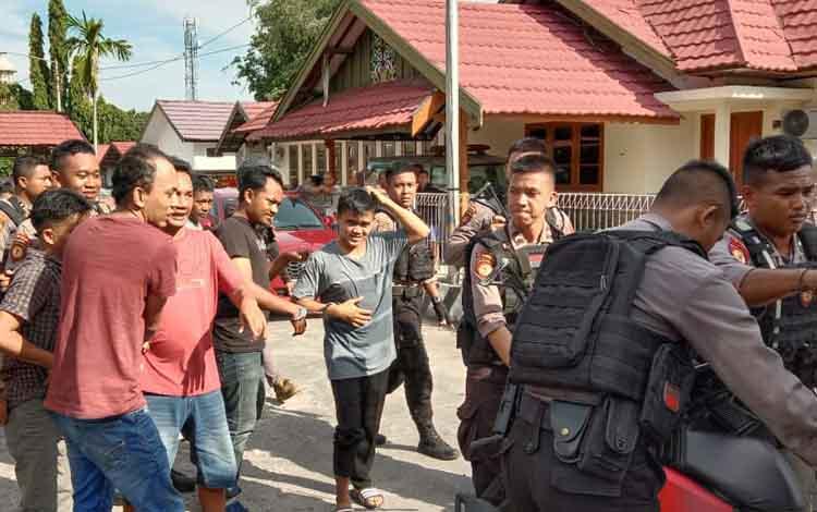 Direktorat Samapta Bhayangkara Polda Kalteng mengamankan puluhan pemain dan bandar judi jenis togel dan dadu gurak di terminal angkutan kota (Angkot) Jalan Darmo Sugondo Kecamatan Pahandut Kota Palangka Raya, Kamis, 9 Januari 2020.