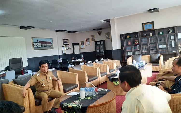 Bupati Bartim Ampera AY Mebas saat diwawancarai awak media di ruang kerjanya.