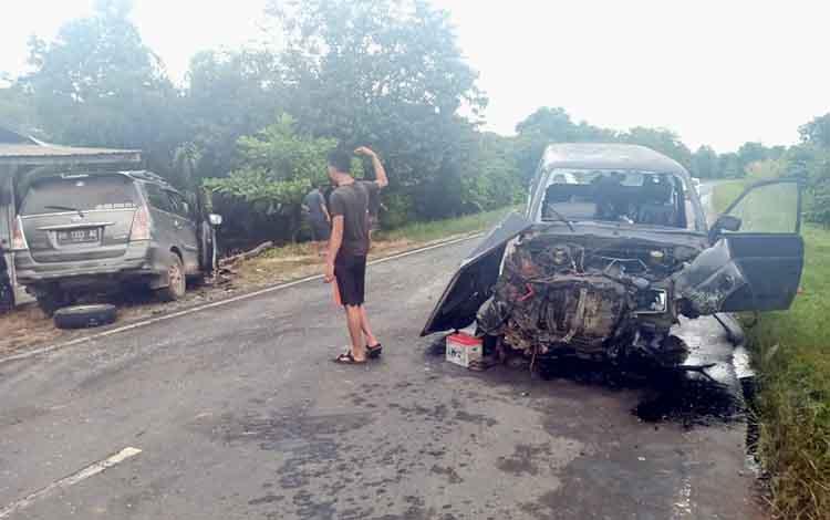 Kondisi kedua mobil usai bertabrakan di Desa Gohong Kecamatan Kahayan Hilir Kabupaten Pulang Pisau, Kamis 9 Januari 2020 sekitar pukul 16.30 WIB. Sejumlah orang dikabarkan terluka dalam insiden kecelakaan ini