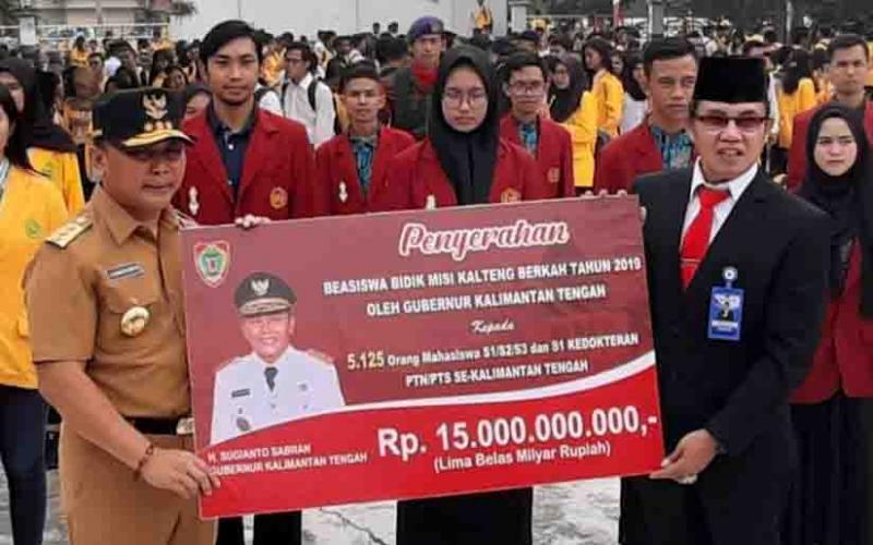 Gubernur Kalteng, Sugianto Sabran saat menyerahkan beasiswa pendidikan secara simbolis, beberapa waktu lalu.