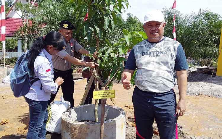 Kepala Dinas Pertanian dan Peternakan Barito Timur Riza Rahmadi, saat penanaman pohon buah-buahan di Polres Barito Timur, Jumat, 10 Januari 2020.