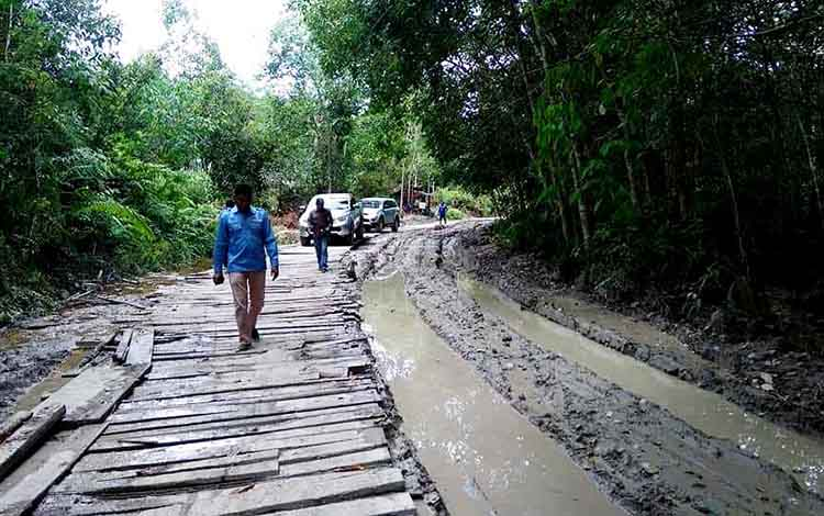 Camat Teweh Tengah, Mastur bersama aparat Desa Pepas meninjau perbaikan jalan